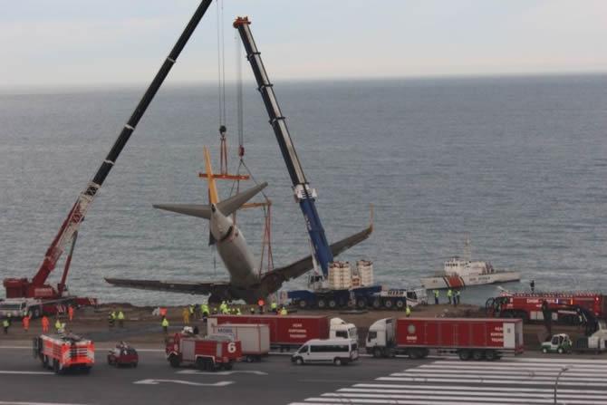 Pistten çıkan Pegasus uçağının enkazı kaldırıldı galerisi resim 4