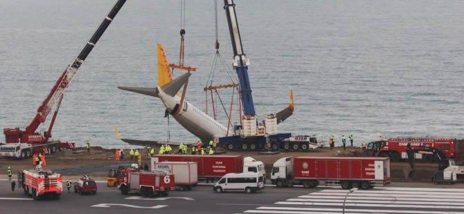 Pistten çıkan Pegasus uçağının enkazı kaldırıldı
