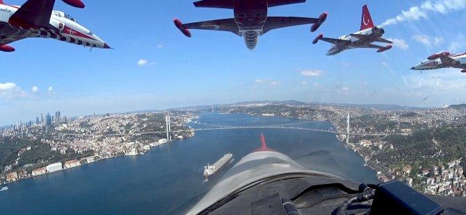 Türk Yıldızları'nın İstanbul'u selamlaması
