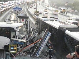 Küçükçekmece'de minibüs metrobüs durağına çarptı: 3 yaralı