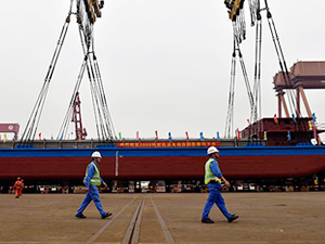 Dünya'nın ilk elektrikli kargo gemisi Çin'de denize indirildi