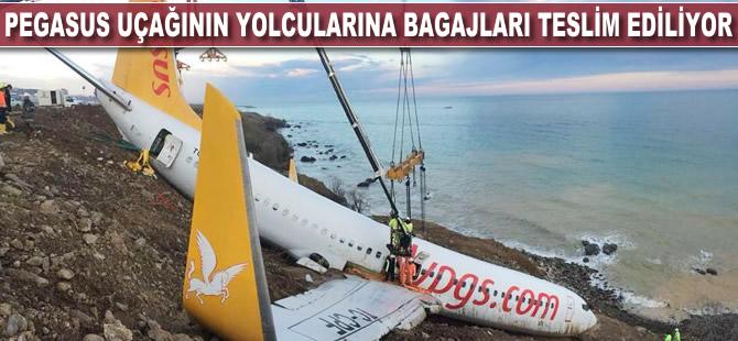 Pegasus uçağının yolcularına bagajları teslim ediliyor