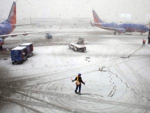 Chicago'da kar nedeniyle hava ulaşımı aksadı