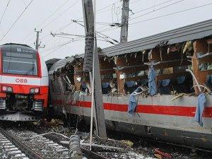 Avusturya'da iki yolcu treni çarpıştı: 1 ölü, 22 yaralı