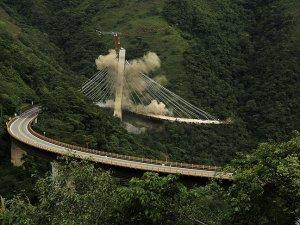 Kolombiya'da köprü inşaatı patlayıcılarla yıkıldı