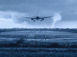 Japonya'da tayfun nedeniyle uçak seferleri iptal edildi