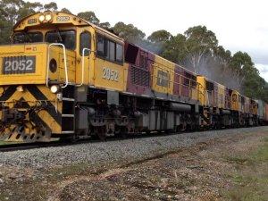 Kontrolden çıkan yük treni raydan çıkartılarak durduruldu