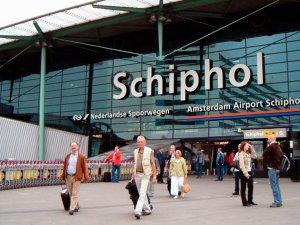 Amsterdam'da yüzlerce uçuş iptal edildi