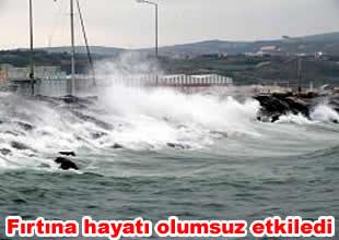 Fırtınaya yakalanan gemiler limana sığındı