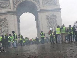 """""""Sarı Yelekliler"""" Elysee Sarayı'na yürümek istiyor"""