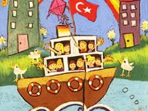 Çocuklar, denizde yolculuğu çizecek