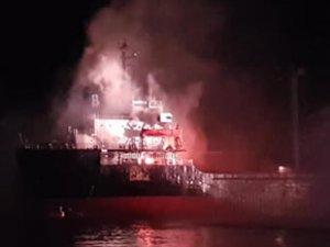 İtalya'da 'HALA B' isimli kargo gemisinde yangın çıktı