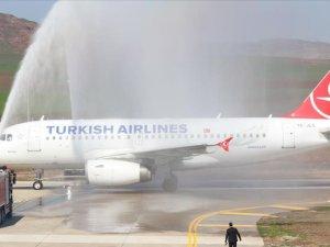 Siirt Havalimanı'na inen THY uçağı su takıyla karşılandı