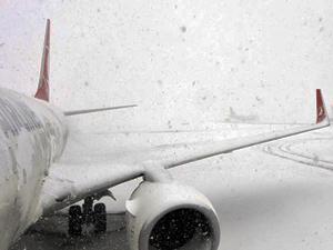 Hakkari'de uçuşlara kar engeli