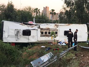 Yolcu otobüsü devrildi: 2 ölü, 29 yaralı