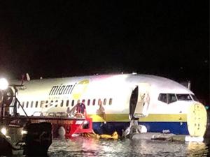 Boeing 737 uçağı Florida'da pistten çıkıp nehre sürüklendi