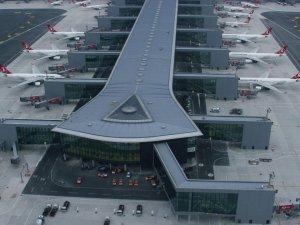 İstanbul havalimanlarında iniş ve kalkışlar aksıyor, uçaklar yönlendiriliyor