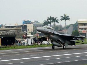 Tayvan savaş uçakları tatbikat kapsamında otobana iniş yaptı