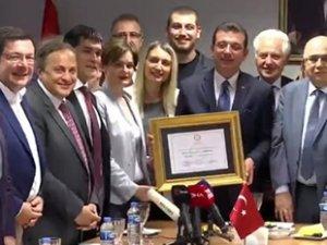 İBB Başkanlığı'na seçilen Ekrem İmamoğlu, mazbatasını aldı