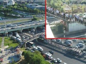 İstanbul'da trafik çllesi! Metrobüs duraklarında yoğunluk...
