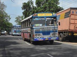 Cammu Keşmir'de otobüs uçuruma yuvarlandı