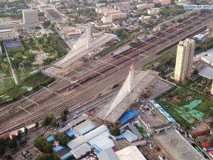 Çinliler 46 bin tonluk köprüyü dünya rekoru kırarak döndürdü