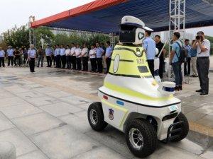 Çin'de üç ayrı model robot trafik polisi çalışmaya başladı