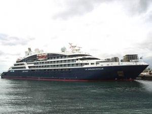 'Le Bougainville' isimli yolcu gemisi, Zeyport Limanı'na demir attı