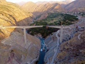 Türkiye'nin en yüksek köprüsü açılış için gün sayıyor