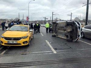 Galata Köprüsü üzerinde otomobil yan yattı