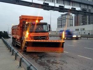 İstanbul'da kar küreme araçları yollara çıktı