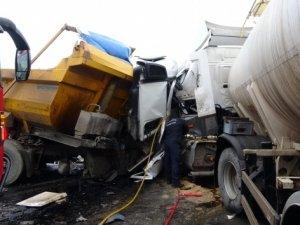 Şile'de iki hafriyat kamyonu çarpıştı