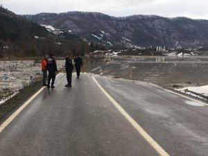 Bartın'da taşan baraj yolu ulaşıma kapattı