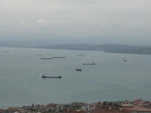 Fırtınadan kaçan yük gemileri Sinop Limanı'na demirledi