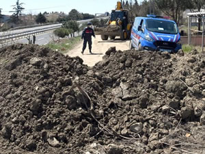 İstanbul'a gidişi engellemek için yollar toprakla kapatıldı