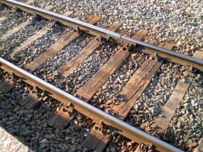 17 tonluk kiriş, tren rayının üzerine düştü