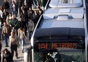 Metrobüs kazası yolcuları yola döktü