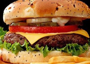 Hamburgerin içinden solucan çıktı