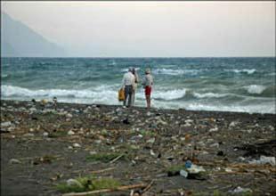 Samandağ sahillerini Suriye kirletiyor