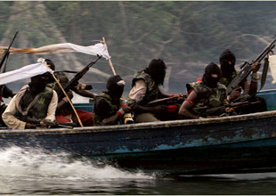 Korsanlar petrol tankerine saldırdı