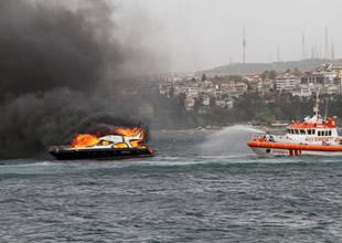 Fatih sahilinde bir tekne alev alev yandı