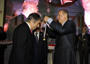 Başbakan Erdoğan'dan Vodafone altın madalya