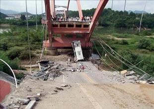 Çin'de Boğaz köprüsü çöktü: 3 ölü, 5 yaralı