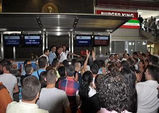 Onur Air'ın yolcuları alkışlı protesto başlattı