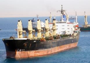 Karaya oturan Türk bayraklı gemi yüzdürüldü