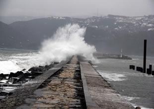 Karadeniz köpürdü, gemiler limana sığındı