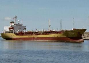 Korsanlar kimyasal tankeri talan etti
