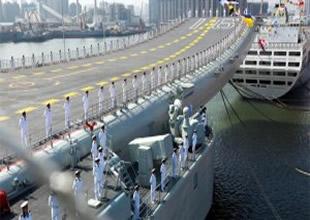 Çin'in ilk uçak gemisi donanmaya teslim edildi