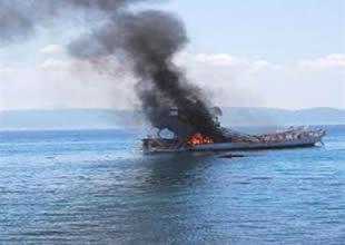 Marmaris'te yangın çıkan tekne alabora oldu