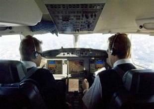 3 pilottan biri uçuş sırasında uyuyor